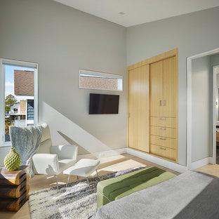 Ispirazione per una piccola camera matrimoniale minimal con pareti grigie, parquet chiaro e pavimento giallo