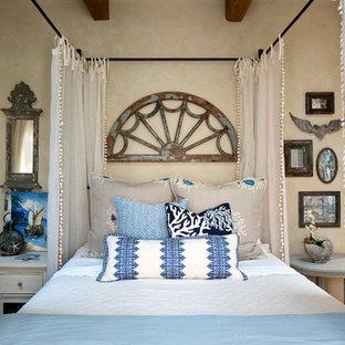 Свежая идея для дизайна: хозяйская спальня среднего размера в морском стиле с бежевыми стенами и тюлем - отличное фото интерьера