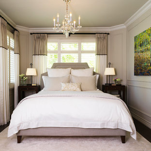 Cette photo montre une chambre chic avec un mur gris, un sol en bois foncé et aucune cheminée.