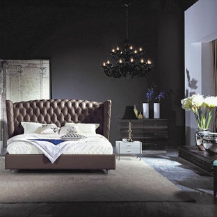 Неиссякаемый источник вдохновения для домашнего уюта: большая хозяйская спальня в современном стиле с черными стенами, мраморным полом и серым полом без камина
