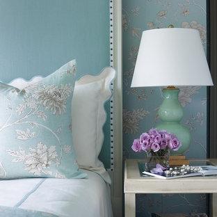 Ejemplo de habitación de invitados clásica, de tamaño medio, con paredes azules