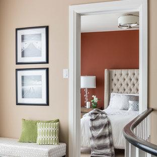 Ejemplo de dormitorio principal, clásico renovado, de tamaño medio, sin chimenea, con parades naranjas y suelo de madera oscura