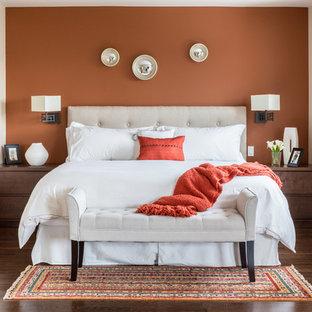 Ejemplo de dormitorio principal, tradicional renovado, de tamaño medio, sin chimenea, con parades naranjas y suelo de madera oscura