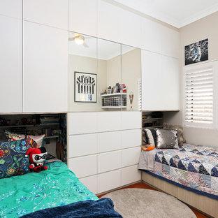 Diseño de dormitorio de tamaño medio con paredes beige, suelo de baldosas de cerámica y suelo naranja