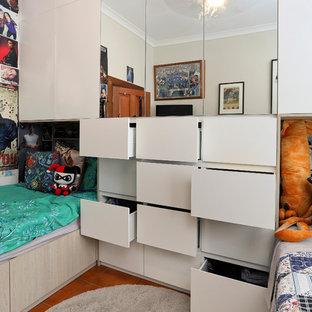 На фото: с высоким бюджетом спальни среднего размера с бежевыми стенами, полом из керамической плитки и оранжевым полом