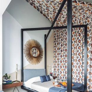 Idee per una camera da letto design con pareti multicolore, pavimento in legno verniciato e pavimento nero