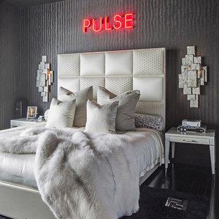 Imagen de dormitorio principal, moderno, pequeño, sin chimenea, con paredes negras y suelo de madera oscura