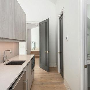 Mittelgroßes Modernes Gästezimmer mit weißer Wandfarbe, hellem Holzboden, beigem Boden und gewölbter Decke in Charleston