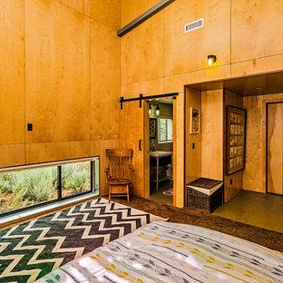 Réalisation d'une chambre d'amis vintage de taille moyenne avec un mur jaune, béton au sol, un sol gris et aucune cheminée.