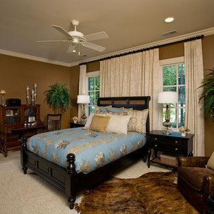 Modelo de dormitorio principal, contemporáneo, de tamaño medio, sin chimenea, con paredes marrones, moqueta y suelo beige