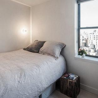 Foto de dormitorio principal, minimalista, pequeño, con paredes blancas y suelo de bambú