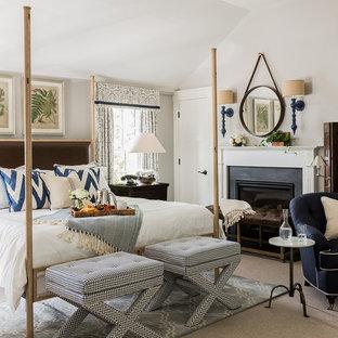 Свежая идея для дизайна: большая хозяйская спальня в классическом стиле с серыми стенами, ковровым покрытием, стандартным камином, фасадом камина из металла и бежевым полом - отличное фото интерьера