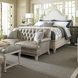 Idée de décoration pour une grand chambre parentale style shabby chic avec un mur blanc, un sol en ardoise et aucune cheminée.