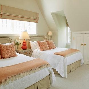 Immagine di una camera degli ospiti chic con pareti beige e moquette