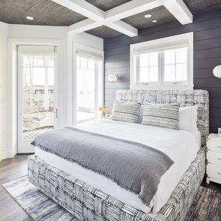 Esempio di una camera matrimoniale stile marinaro di medie dimensioni con pavimento in legno massello medio, pavimento marrone e pareti nere