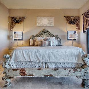 Пример оригинального дизайна: хозяйская спальня среднего размера в стиле рустика с бежевыми стенами и полом из керамогранита без камина