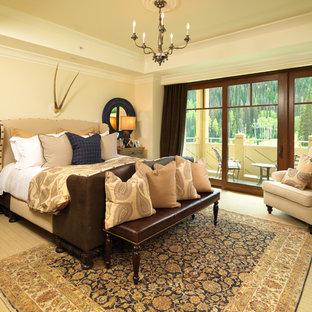 オレンジカウンティの中くらいのトランジショナルスタイルのおしゃれな主寝室 (黄色い壁、カーペット敷き、暖炉なし)