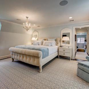 Imagen de dormitorio principal, tradicional renovado, grande, con paredes azules, moqueta y suelo azul