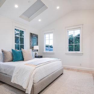 Foto de dormitorio principal y abovedado, tradicional renovado, de tamaño medio, sin chimenea, con paredes blancas, suelo de madera clara y suelo beige
