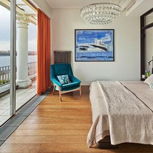 Удачное сочетание для дизайна помещения: спальня в современном стиле с белыми стенами и паркетным полом среднего тона без камина для хозяев - самое интересное для вас