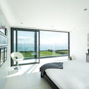 Modelo de dormitorio contemporáneo con paredes blancas y suelo blanco