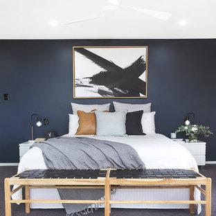 Esempio di una camera matrimoniale minimal con pareti nere, moquette e pavimento grigio