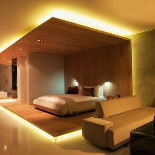 Foto de dormitorio principal, minimalista, extra grande, sin chimenea, con paredes beige, suelo de mármol y suelo multicolor
