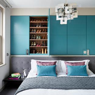 ロンドンのコンテンポラリースタイルのおしゃれな主寝室 (カーペット敷き) のレイアウト