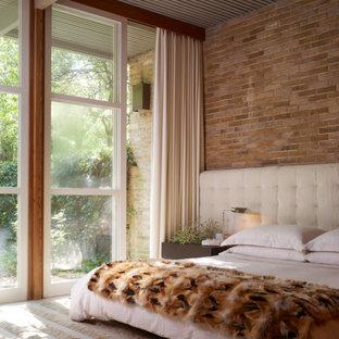 Esempio di una grande camera matrimoniale moderna con moquette, nessun camino, pareti marroni e pavimento grigio