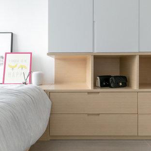 Diseño de dormitorio principal, minimalista, pequeño, con paredes blancas, suelo de baldosas de cerámica y suelo gris