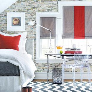 Diseño de habitación de invitados tradicional renovada, grande, sin chimenea, con paredes multicolor y suelo de madera en tonos medios