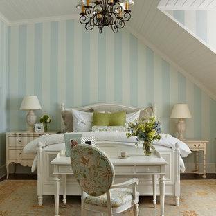 Modelo de dormitorio principal, tradicional, grande, con paredes multicolor y suelo de madera oscura