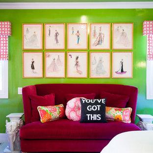 Modelo de dormitorio exótico, sin chimenea, con paredes verdes