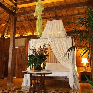Immagine di una grande camera da letto tropicale con pavimento con piastrelle in ceramica