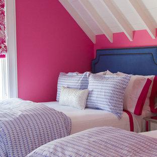 Ejemplo de habitación de invitados costera, de tamaño medio, sin chimenea, con paredes rosas y suelo de madera oscura