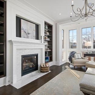 シカゴのトラディショナルスタイルのおしゃれな主寝室 (白い壁、濃色無垢フローリング、標準型暖炉)
