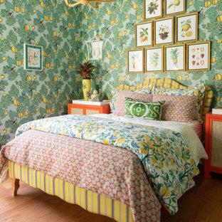 Idéer för funkis sovrum, med gröna väggar, mellanmörkt trägolv och brunt golv