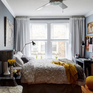 Ejemplo de dormitorio principal, tradicional renovado, de tamaño medio, sin chimenea, con paredes grises, suelo de madera clara y suelo beige