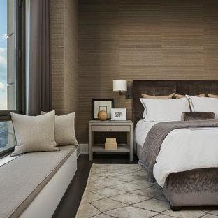 中くらいのコンテンポラリースタイルのおしゃれな主寝室 (茶色い壁、濃色無垢フローリング、暖炉なし、茶色い床) のレイアウト