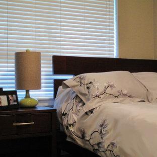 Diseño de habitación de invitados minimalista, pequeña, con paredes beige y suelo de corcho