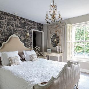 Foto di una camera da letto stile shabby di medie dimensioni con pareti beige, moquette e pavimento grigio