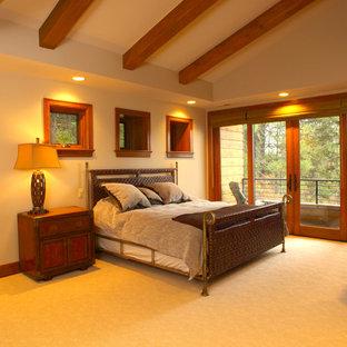 Cette image montre une grand chambre craftsman avec un mur beige et aucune cheminée.