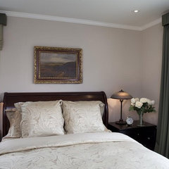 traditional bedroom by Lindy Donnelly