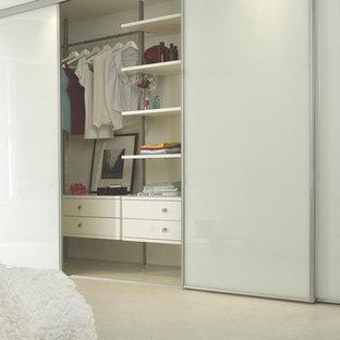 Imagen de dormitorio principal, contemporáneo, grande, con paredes blancas y suelo de linóleo