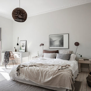 Inspiration för nordiska sovrum, med grå väggar, ljust trägolv och beiget golv