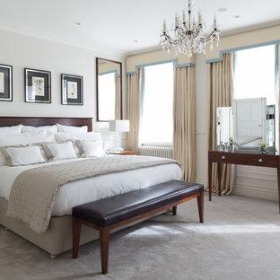 Cette photo montre une chambre chic de taille moyenne avec un mur blanc, aucune cheminée et un sol gris.
