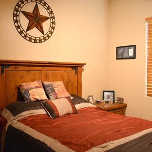 Aménagement d'une chambre sud-ouest américain de taille moyenne avec un mur beige, aucune cheminée et un sol beige.