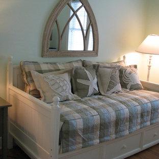 Diseño de habitación de invitados marinera, pequeña, sin chimenea, con paredes verdes, suelo de madera en tonos medios y suelo beige