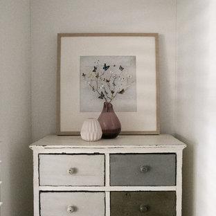 Foto på ett litet minimalistiskt huvudsovrum, med vita väggar, heltäckningsmatta och beiget golv