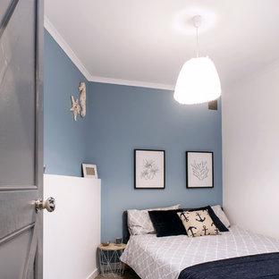 Immagine di una piccola camera degli ospiti costiera con pareti blu, pavimento in linoleum, nessun camino e pavimento grigio